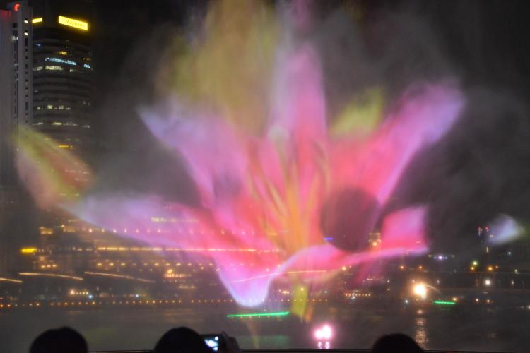 Ljus och vattenspel över Singapore River …