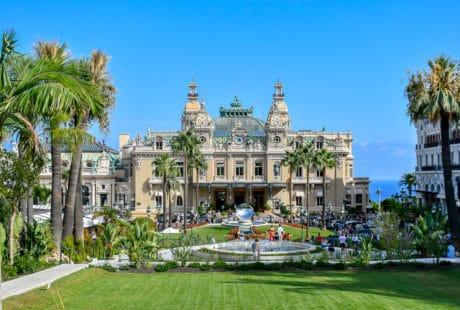 Monte Carlo i Monaco, lyxiga bilar, ett historiskt casino och en ny ö